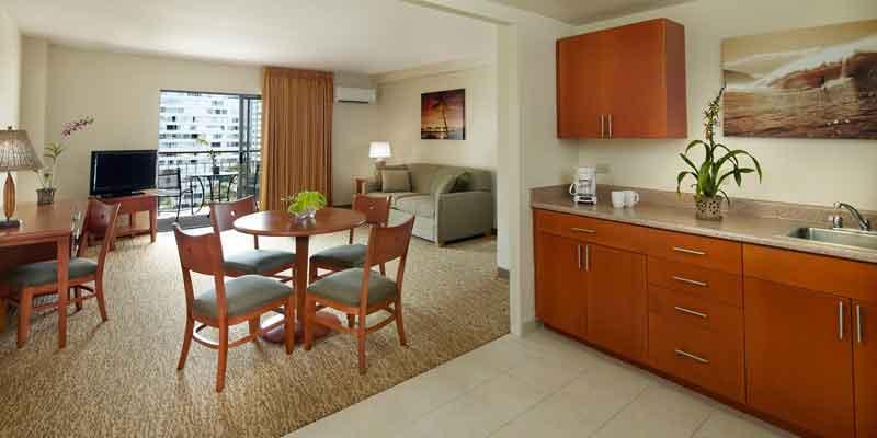 객실의 넓은 거실과 주방